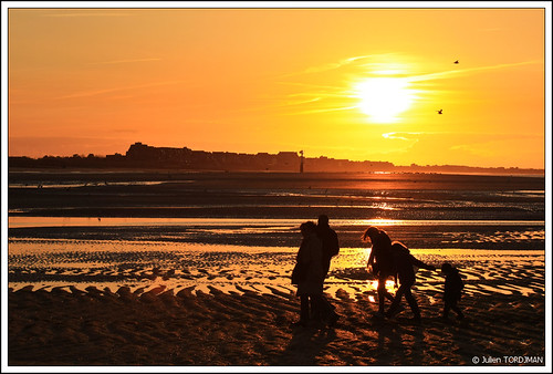 sunset shadow sea sun mer beach silhouette canon soleil sand coucher sable ombre normandie normandy plage 2009 coucherdesoleil houlgate 450d skyascanvas julientordjman
