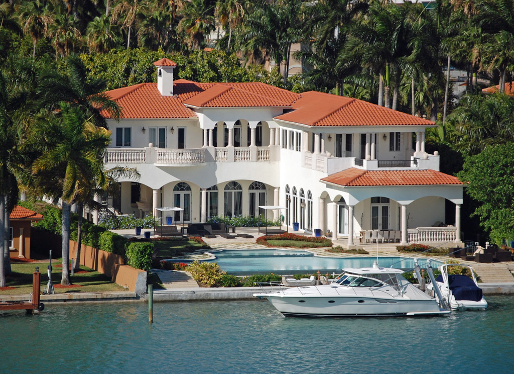 Achat à Miami; maison; view of luxury home and boat in Miami