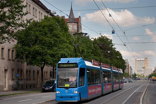 Ein Teil der Strecke, wie hier an der Grillparzerstraße, wird für Ein- und Ausrückfahrten und Probefahrten genutzt