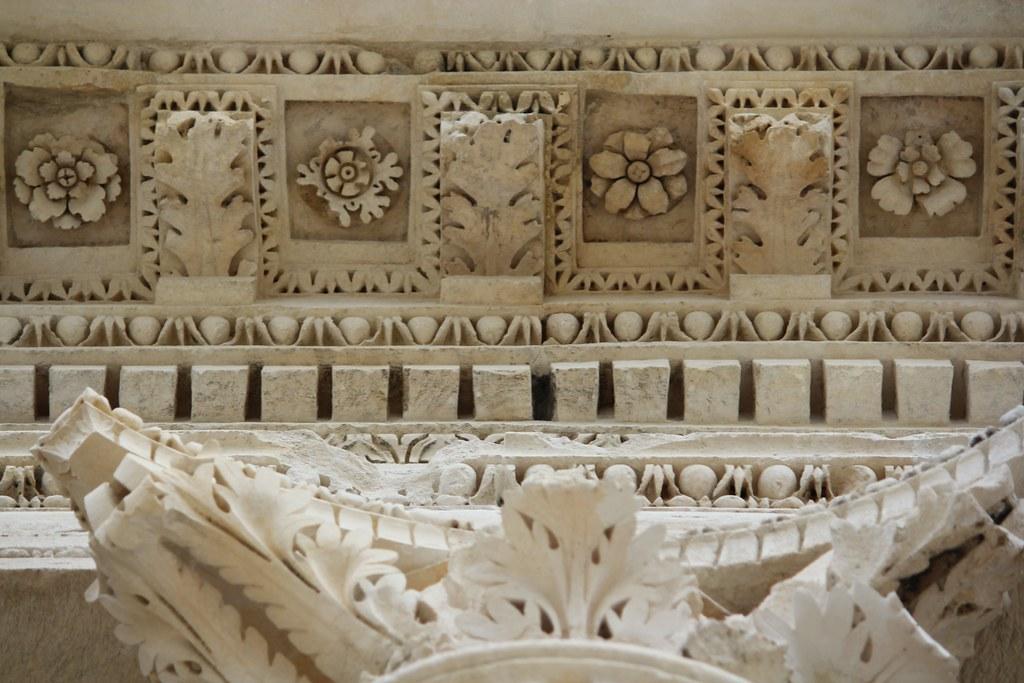 Capitel corintio y casetones del pórtico