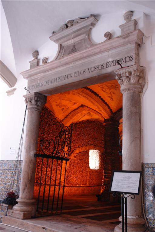 Entrada al área de la Capilla de los Huesos Évora, y su siniestra Capilla de los Huesos - 3306022581 73402bf3df o - Évora, y su siniestra Capilla de los Huesos