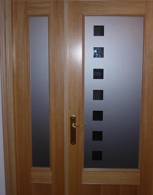 Puerta con cristal decorado con vinilo autoadhesivo for Cristales antiguos para puertas