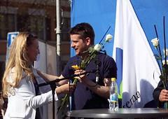 Marcus Birro får blommor av Ebba Busch.