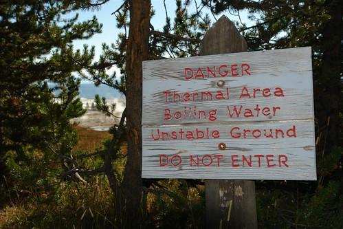 Cartel avisando de que el suelo es inestable, es una zona termal parque nacional yellowstone - 3421143822 01c6db03a5 - Parque Nacional Yellowstone, cómo visitarlo en dos días