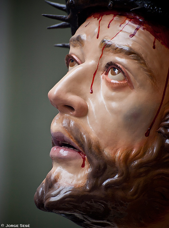 Primer plano de Jesús en su primera caída