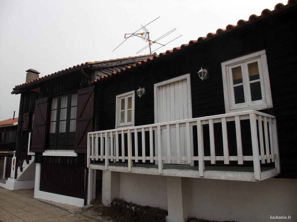 Ces petites maisons en bois bien coquettes ont maintenant tout le confort moderne. Les fondations sont toujours en béton.