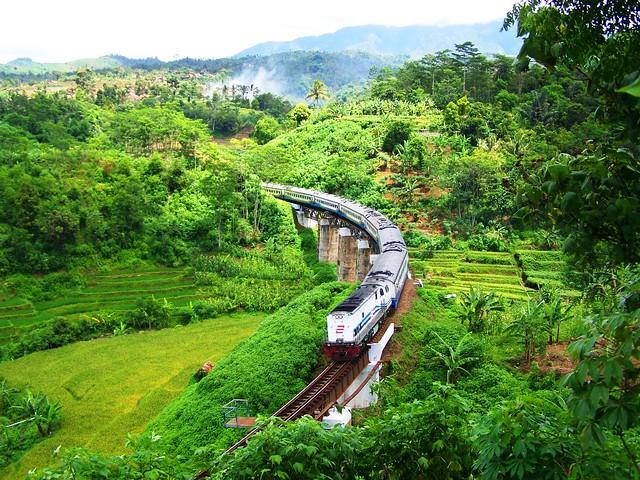 Parahyangan Train curving Cimeta Bridge, Padalarang