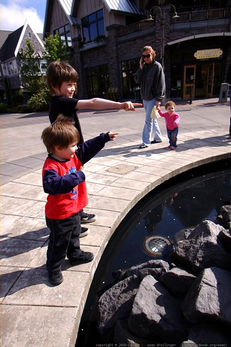 brothers watch the millenium park fountain turn on for the spring    MG 2294