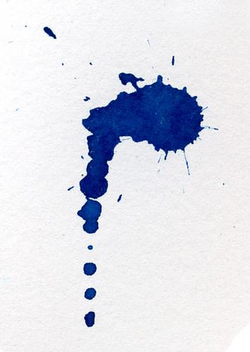 macchia di inchiostro blu su foglio bianco