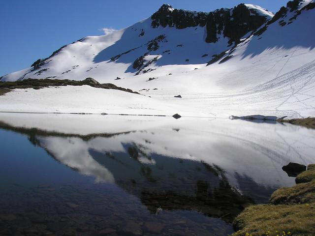 reflejos de mayo en Peñalara (el lago espejo)