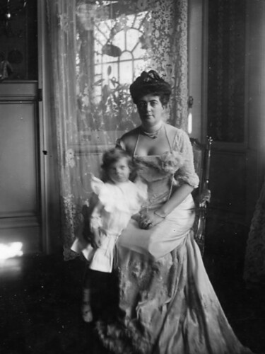 Portrait of Marie Hengelmuller and daughter