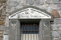 Château de Dourdan: linteau de porte du châtelet