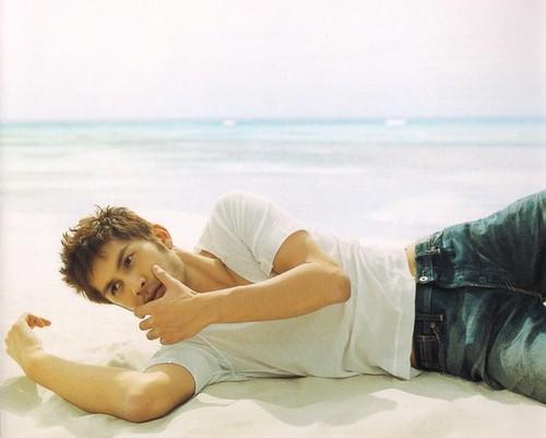 浜辺に寝転がる平井堅
