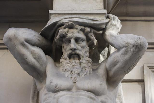 Atlante de la fachada de la Academia de Medicina. Calle Arrieta. Madrid