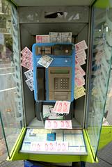 Por toda calle en Buenos Aires puedes conseguir estos teléfono públicos llenos de tarjetitas con publicidad sexual de todo tipo.