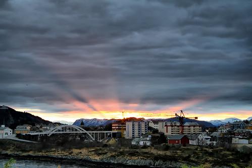 bridge mountains clouds sunrise rays ålesund aalesund bej larigan phamilton damniwishidtakenthat steinvågbrua