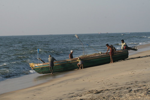 "Foto ""Fishermen at beach near Alleppey Kerala 1"" by Pondspider - flickr"