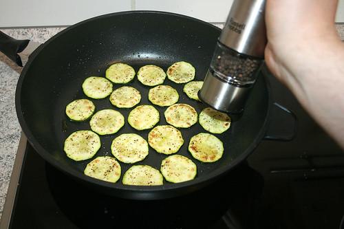 44 - Zucchini mit Pfeffer würzen / Taste zucchini with pepper
