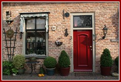 Rode deur in Buren