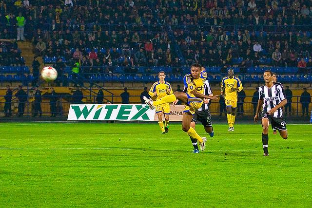 Жажа забивает мяч в ворота Бешикташа