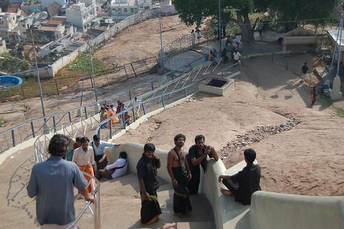 Am Ganesha Tempel von Trichy machen Pilger ein Erinnerungsphoto.