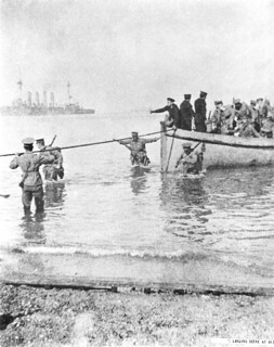 Troops disembark on the beach, 25 April 1915