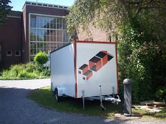 """Matchbox is een exporuimte op wielen, een rondreizende tentoonstelling doorheen alle Vlaamse provincies en Brussel georganiseerd doorKUNSTWERK[t].  De ontmoeting tussen een professionele en een niet-professionele kunstenaar  staat centraal. Er wordt dus telkens werk van 2 kunstenaars getoond, 2 kunstenaars waartussen een zekere 'match' bestaat. Startschot van onze doortocht door Vlaanderen geven we op 27 juni in Z33 tijdens de Werk Nu tentoonstelling.  Kunstenaars: Samira El Khadraoui en Saskia Oosterlynck Z33 - Hasselt OPENINGSMOMENT 27 juni om 20u tijdens opening tentoonstelling """"Werk Nu"""" 28 juni van 14u-17u. 30 juni t/m 3 juli van 11u-18u. FLACC - Genk 4 t/m 10 juli van 13u-17u. Kunstenaars: Fia Cielen en Cathérine Petré Z33 - Hasselt OPENINGSMOMENT 11 juli om 21u. 12 juli t/m 7 augustus: ma gesloten, di-za van 11-18u, zo van 14-17u. Absolutely Free Festival - Genk 8 augustus vanaf 13u. FLACC - Genk 10 t/m 14 augustus van 13u-17u. Z33 - Zuivelmarkt 33, 3500 Hasselt. www.z33.be FLACC - André Dumontlaan 2, 3600 Genk. www.flacc.info Absolutely Free Festival - C-mine - 3600 Genk. www.absolutelyfree.be"""