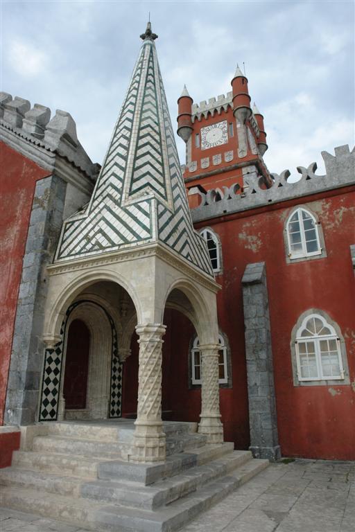 Interior, uno de los increíbles patios del Palacio Da Pena en Sintra