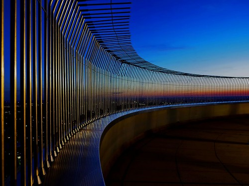 sunset reflection fence germany munich münchen bayern bavaria tv bars perspective bluehour zaun spiegelung tvtower perspektive gitter dontjump abendrot stäbe wernerboehm blauestundefernsehturmolympiaturmolympic