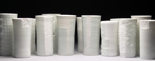 tazze di porcellana bianca su sfondo nero di varie forme
