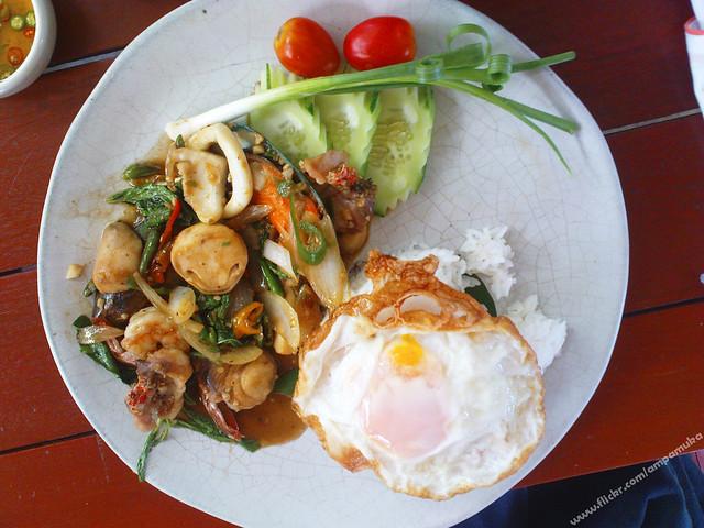 ข้าวกระเพรารวมมิตรทะเลไข่ดาว / Mixed Seafood With Basil And Stream Rice , Fried Egg On Top ♪