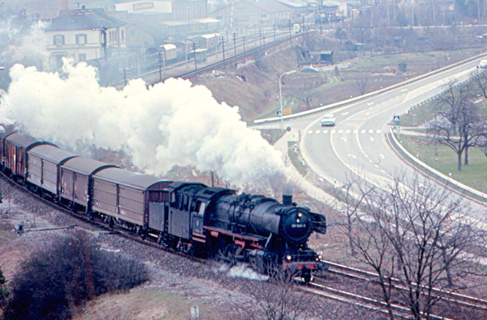 Поезд везет состав с грузом