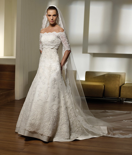 Spanish wedding dress simplewedding for Spanish wedding dresses lace
