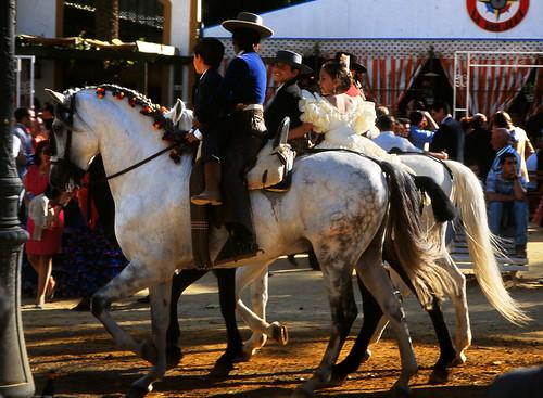 Aparecen niños montando a caballo en la Feria del Caballo de Jerez de la Frontera.