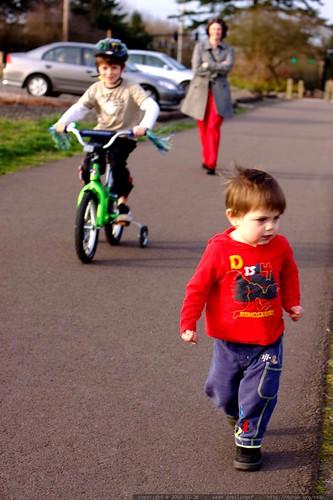 the running / biking / walking family    MG 9846