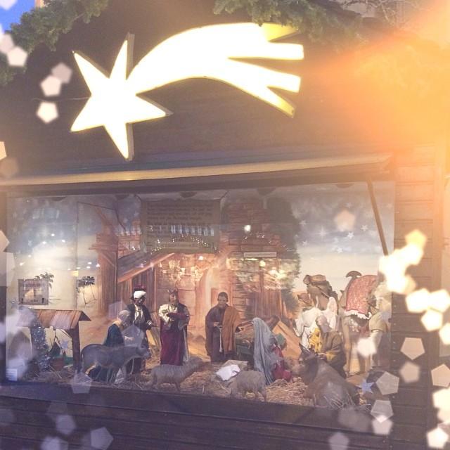Уличный вертеп #winter #winterfair #fair #festive #frankfurt #xmas #christmas #december #star #lights
