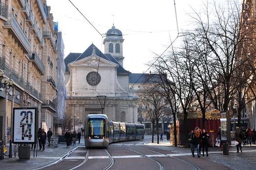 Eglise St Louis, rue Félix Poulat et le tramway