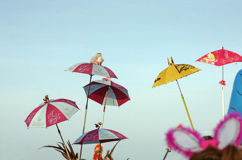 Carnaval de Dunkerque - Parapluies et ciel bleu