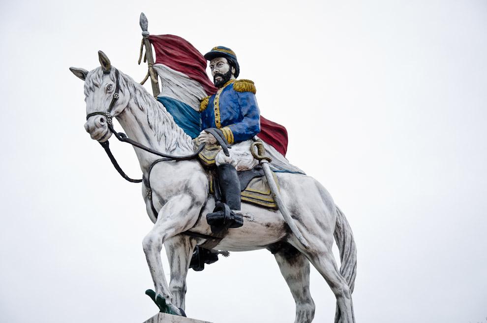 El monumento al Mariscal Francisco Solano López se ubica en el centro del anfiteatro municipal de la ciudad de Paso de Patria, Ñeembucú,  junto con otras figuras de la historia de la guerra. (Elton Núñez)