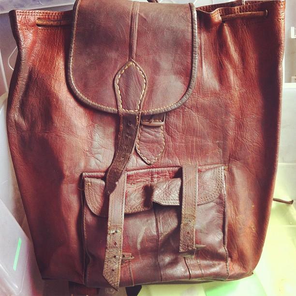 Domingo de arrumações: a minha mochila do secundário e dos primeiros anos de faculdade. Está a precisar de uma lavagem e de tratamento.