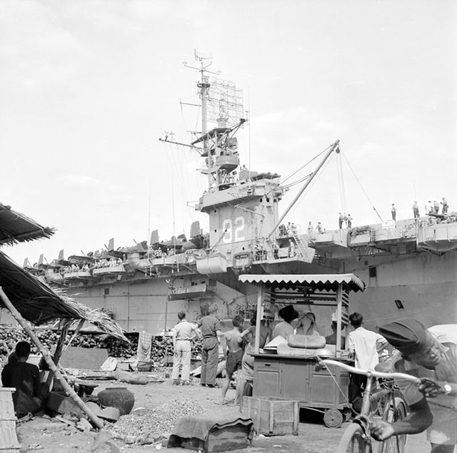 Arrivée et débarquement du porte-avions américain