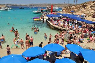 Masificación de la poca playa que hay Blue Lagoon de Comino en Malta, paraíso Mediterráneo - 9175360242 a64ecc46f7 n - Blue Lagoon de Comino en Malta, paraíso Mediterráneo