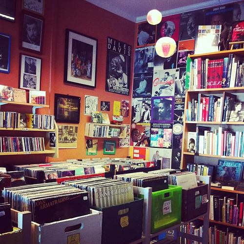 Stödjer den fina bokhandeln Café Pilgatan genom att köpa Jag vill ju vara fri (om Lena Nyman) och en veganchokladkaka. De har skivor med! #vadveganerläser