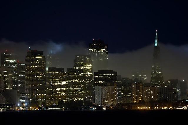 La vista nocturna es magnífica, más aún cuando se levanta algo de niebla Treasure Island, el tesoro mejor guardado de San Francisco - 10221649403 f939267711 z - Treasure Island, el tesoro mejor guardado de San Francisco