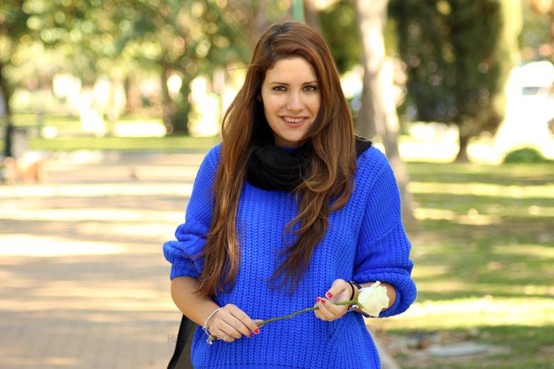 jeans-negros-y-jersey-azul-eléctrico-heelsandroses-(3)