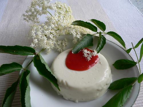 Holunderblüten-Panna Cotta mit Erdbeerpüree