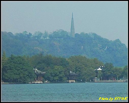 杭州 西湖 (其他景點) - 391 (從西湖 湖心亭上看孤山與西湖十景之 平湖秋月 背景是杭州地標 保淑塔)