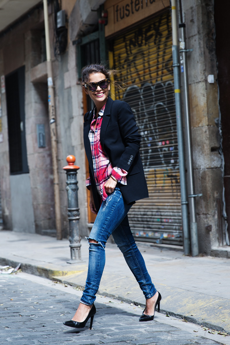 Barcelona_Travels-Belbake-Travels-Plaid_Shirt-Ripped_Jeans-Outfit-Street_Style-Collagevintage-17