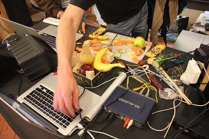 Festilab, Experimento sonoro con frutas y verduras que crean música