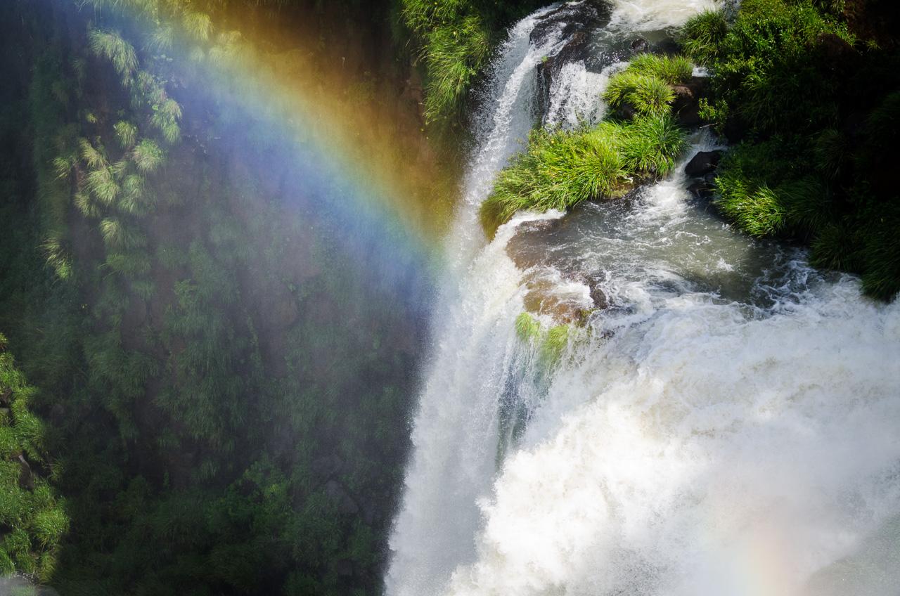 Una vista más cercana de las Cataratas del Iguazú desde el circuito superior. El Parque Nacional Iguazú cuenta con varios circuitos que permiten ver los saltos de agua desde distintos ángulos, todos los recorridos se hacen a pie y están perfectamente guiados. (Elton Núñez).